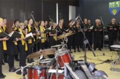 Vrcholem Dne otevřených dveří ve Společenském sále na Den matek bylo vystoupení sboru Boni Discipuli pod vedením PaedDr. Karly Havelkové.