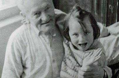 Klára s dědečkem - fotografie okolo roku 1974